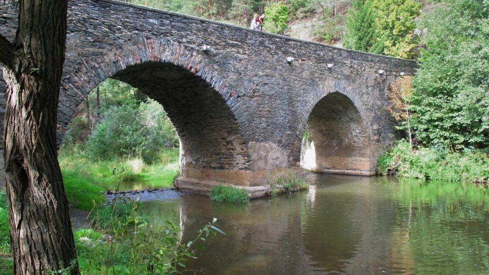 Historický kamenný most v Rabštejně nad Střelou
