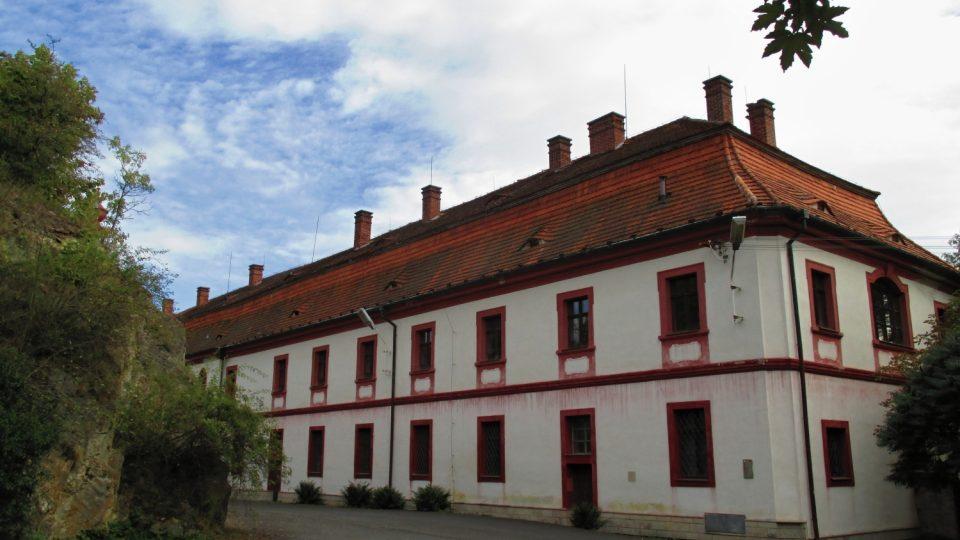Klášter je hned vedle hradu