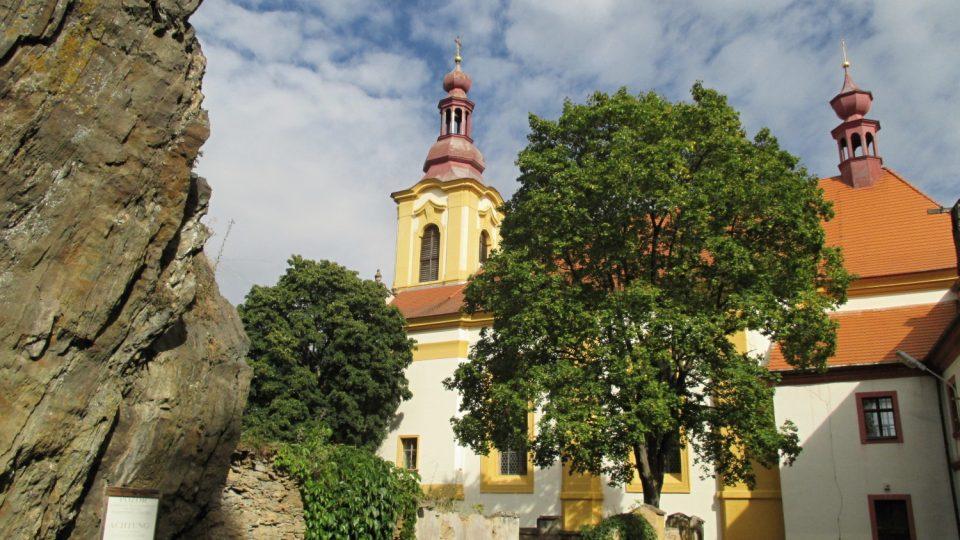 Od hradu na skále je pěkný výhled na poutní kostel