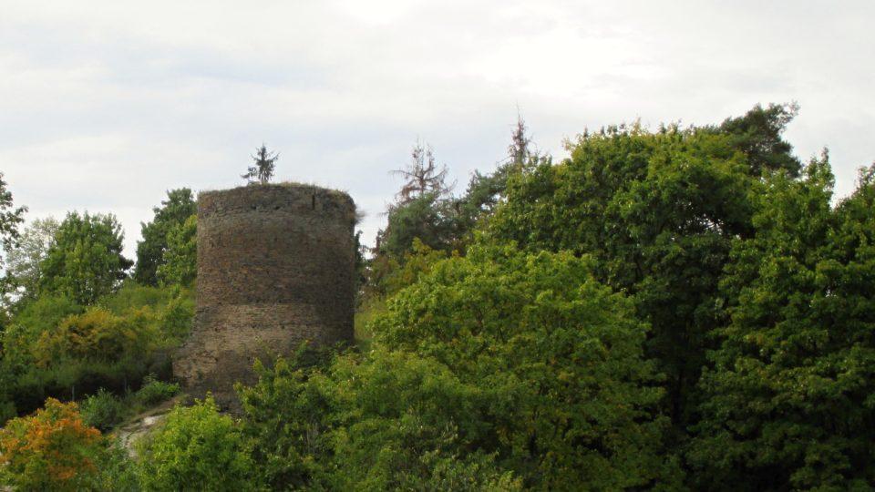 Ze zříceniny hradu Rabštejn je vidět na protějším kopci dochovaná věž hradu Sychrov