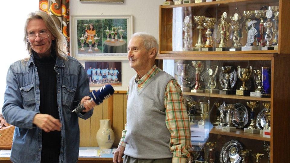 SDH Borovany bojuje v soutěži Dobráci roku. Redaktor Zdeněk Zajíček s pamětníkem a nejstarším členem Václavem Hanzalem