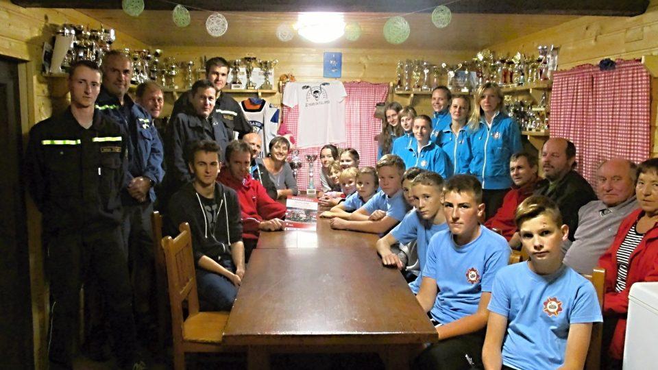 Část členů SDH Štáhlavice v klubovně