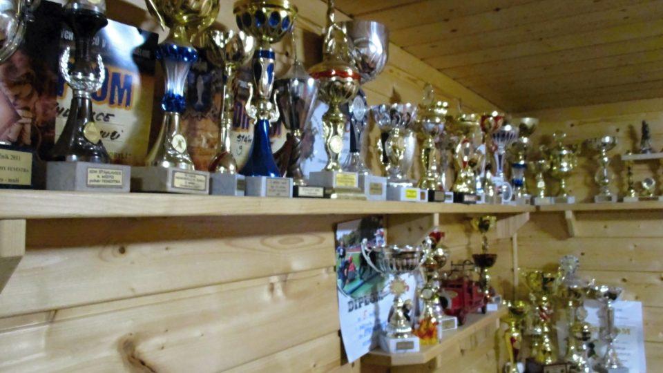 Klubovna je plná pohárů za úspěchy v požárních soutěžích