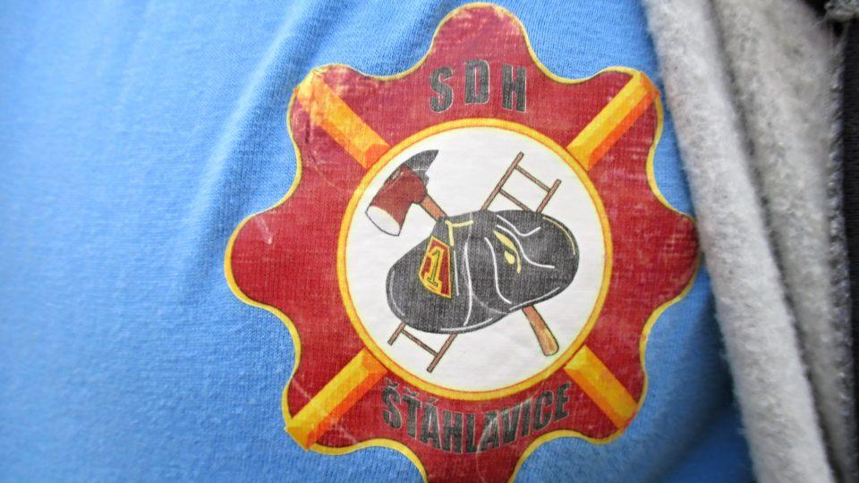 Modrá trička členů SDH zdobí vlastní logo