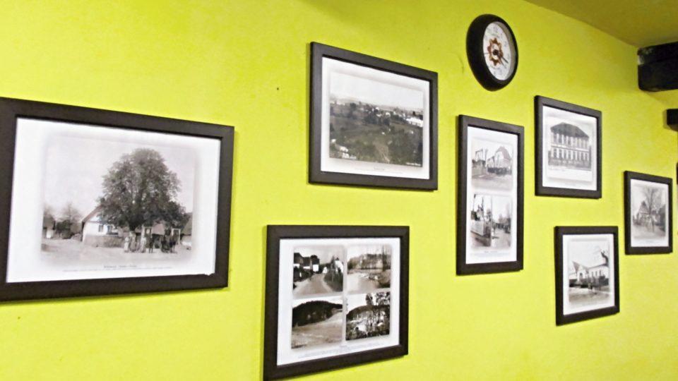 Zasedačku zdobí historické fotografie z dob kovárny