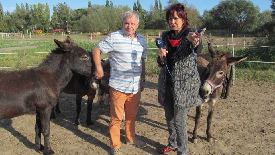 Ředitel ranče Josef Dudek během natáčení s redaktorkou Dagmar Misařovou