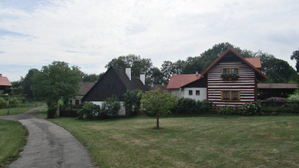 Roubených chalup najdete v obci Vesec u Sobotky spoustu