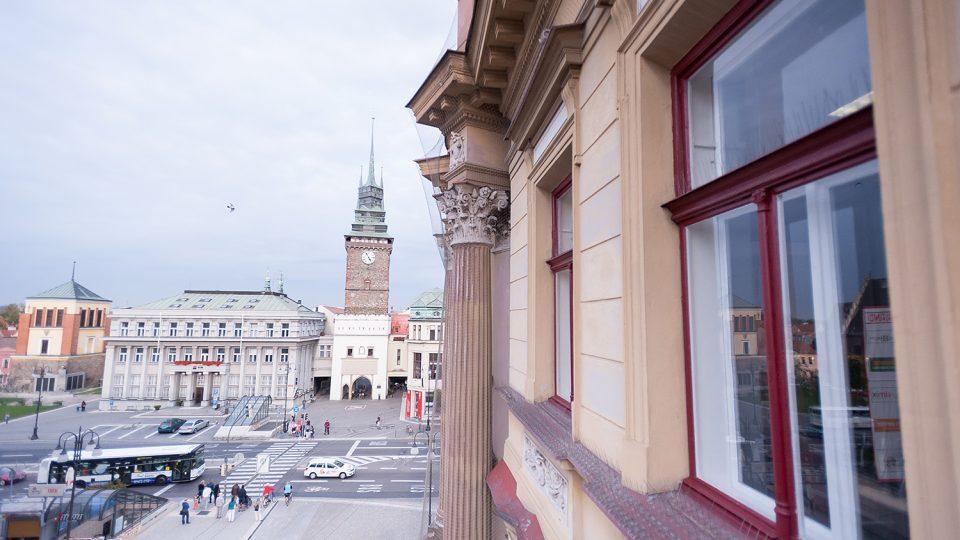 Výhled na náměstí Republiky z balkónu si nemůže dopřát každý