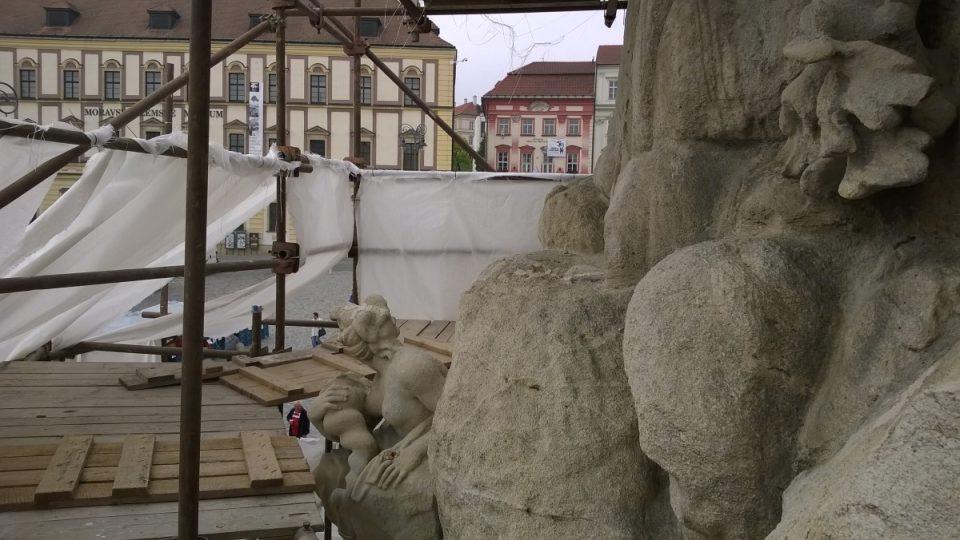 Kašna Parnas v Brně, pohled z boku