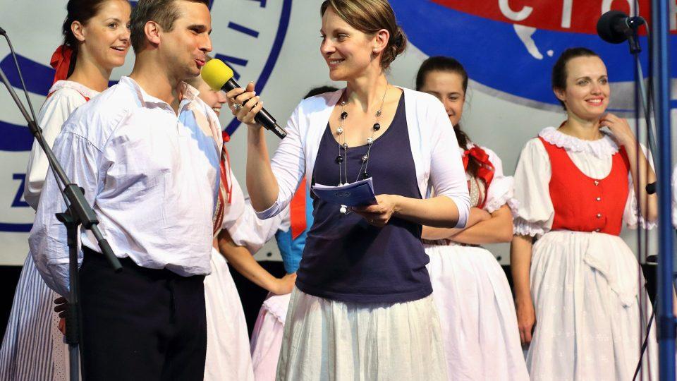 Radovan Peterka, cimbalista muziky folklorního souboru Vrtek z Opavy a moderátorka Michaela Vondráčková