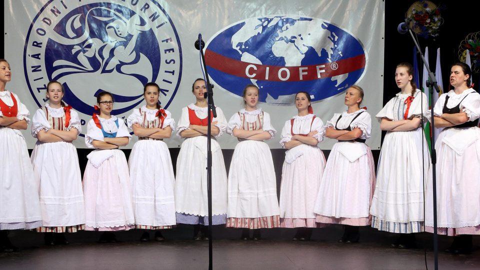 Dívčí sbor folklorního souboru Vrtek z Opavy