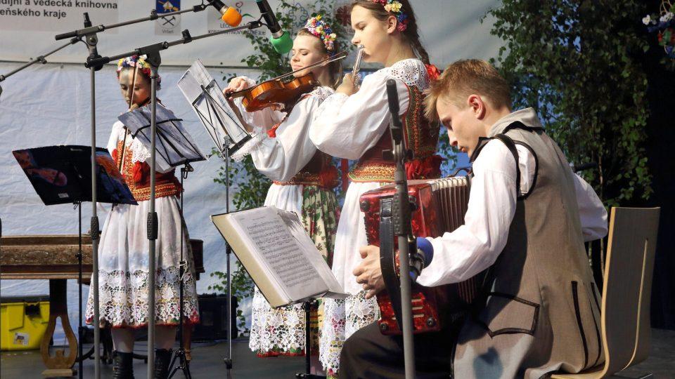 Lidová hudba souboru Zespoł Pieśni I Tańca Ziemi Hrubieszowskiej, Hrubieszów (Polsko)