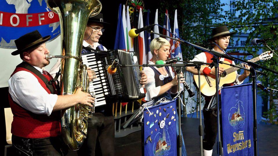 Lidová hudba souboru Trachtenverein Stamm, Regensburg (Německo)