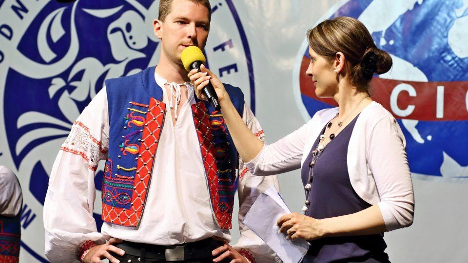 Primáš lidové muziky souboru Jahodná z Košic Daniel Zuček a moderátorka Michaela Vondráčková