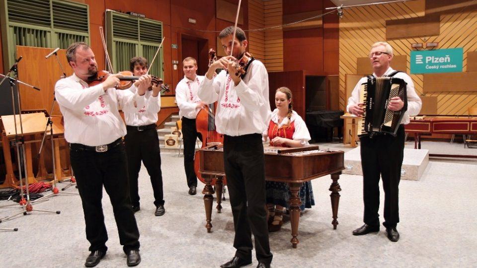 Cimbálová muzika Milana Broučka v rozhlasovém studiu