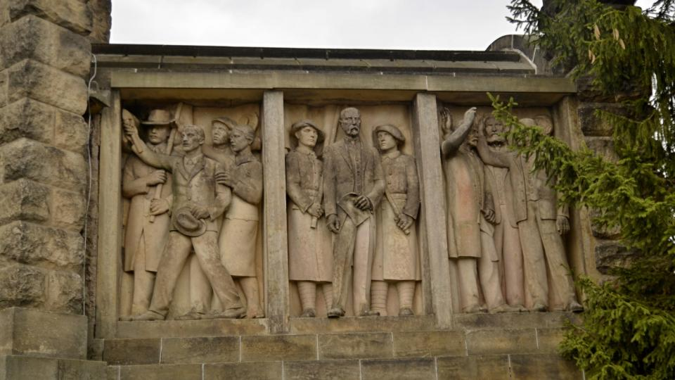 Reliéf s motivy odboje na Masarykově věži samostatnosti
