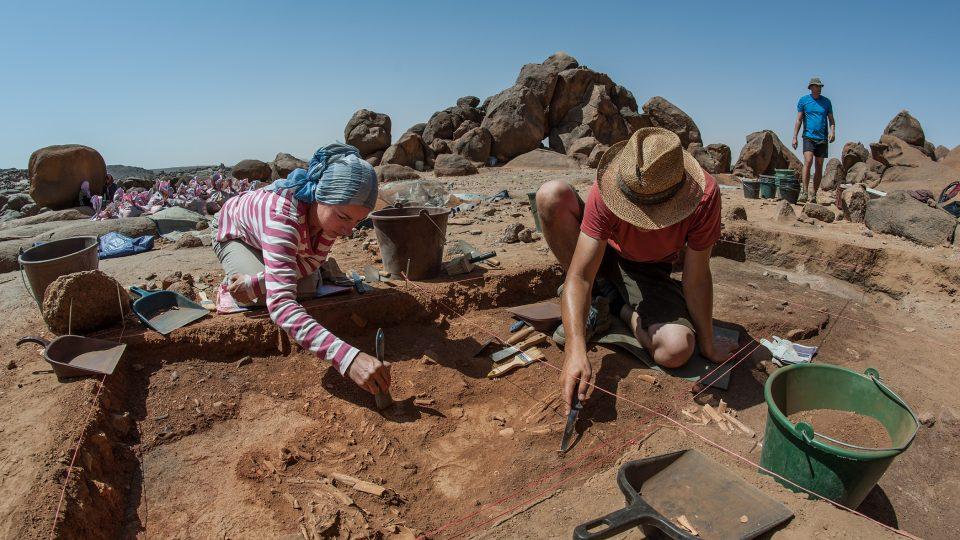 Začišťování pohřbů mezolitických lovců-sběračů na lokalitě Sfinga v pohoří Sabaloka v centrálním Súdánu
