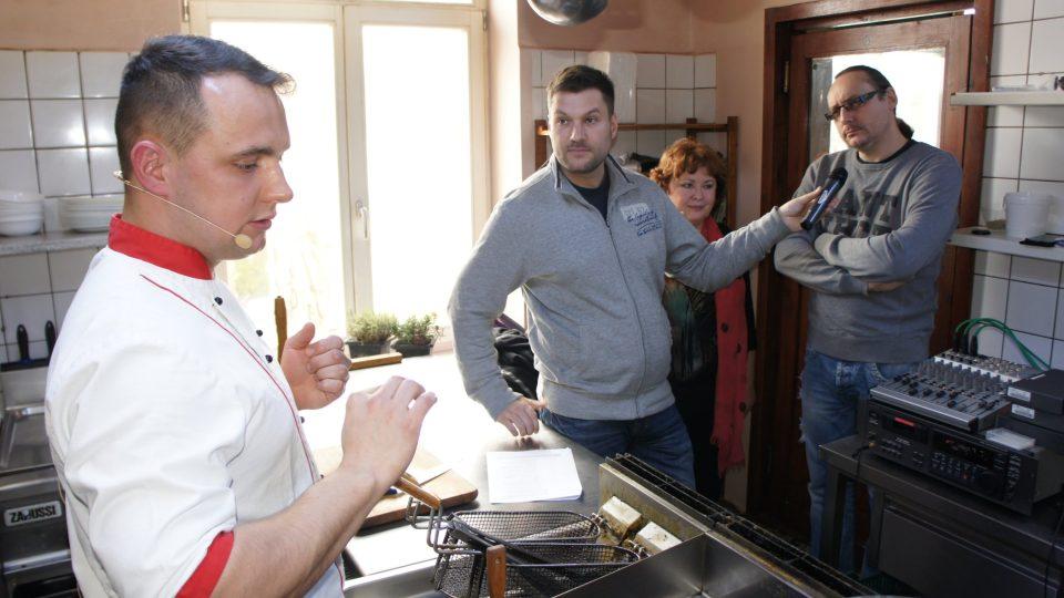 Jan Zmeškal vysvětluje postup na pečenou polévku