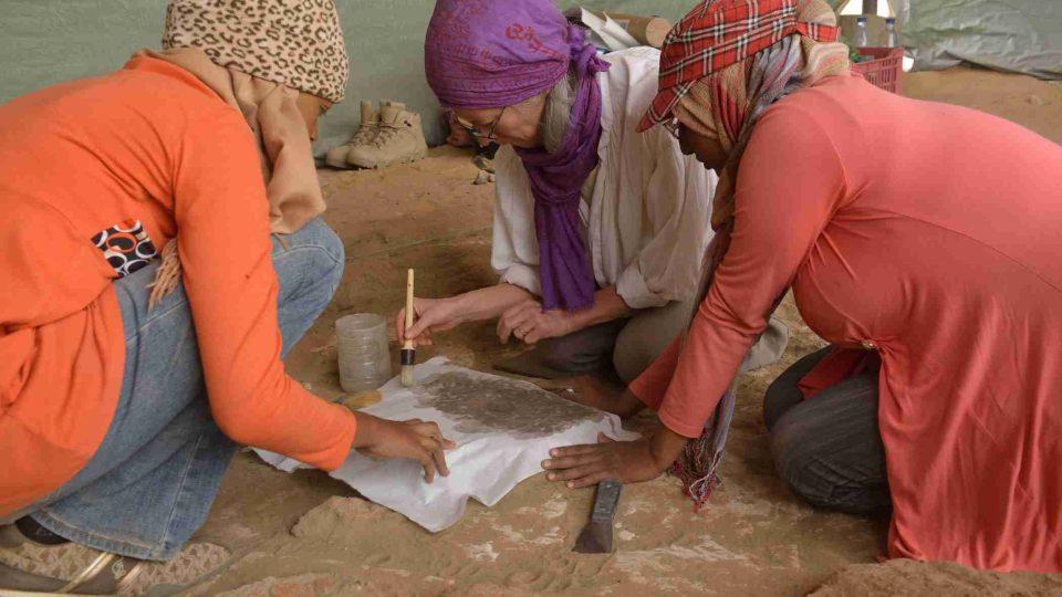 Konzervátorka Alexandra Kosinová spolu s praktikantkami ze súdánské Národní korporace pro památky a muzea ošetřuje nástěnné malby odkryté na lokalitě Usli
