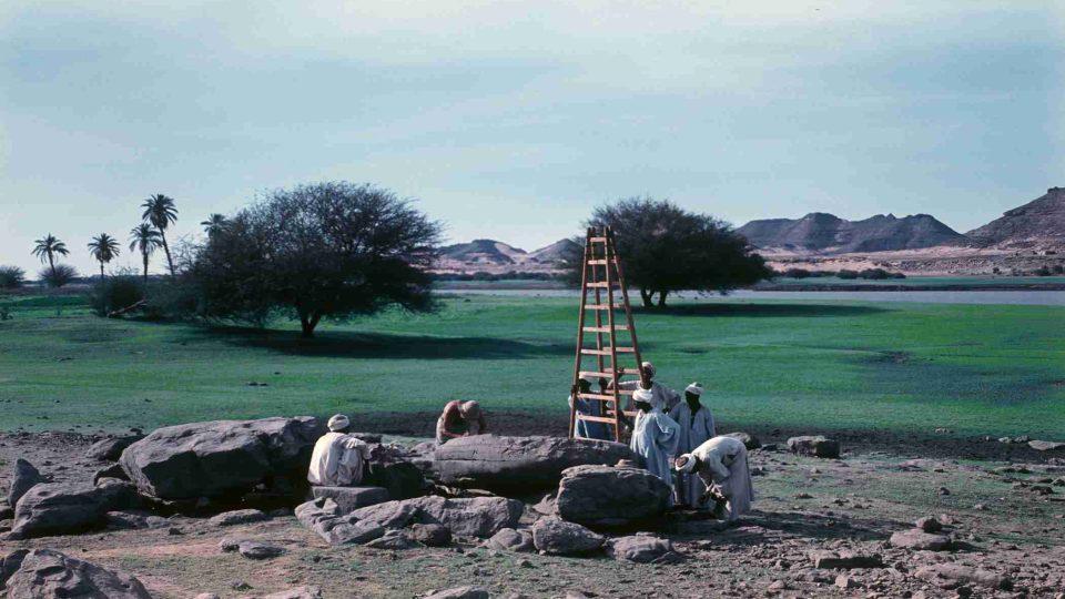 Zbyněk Žába dokumentuje stélu s nápisem ze Střední říše u vesnice Naga el-Girgáwí ve střední části Dolní Núbie