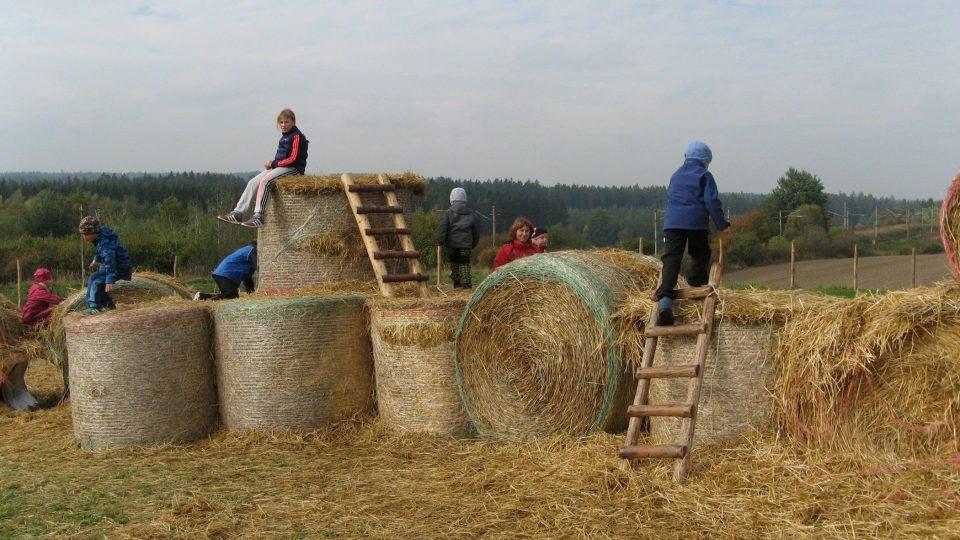 Slámoviště - dětem se na balících až nečekaně líbí