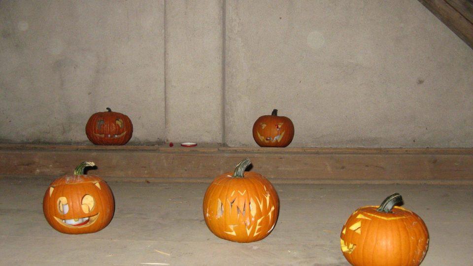 Strašidelná sýpka je plná rozsvícených halloweenských dýní.