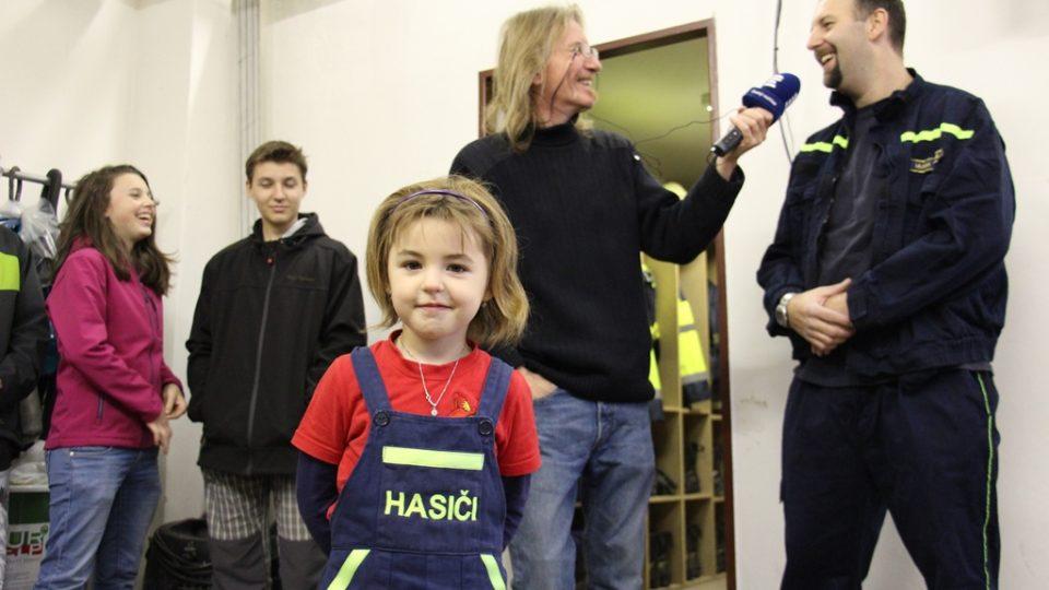 SDH Kardašova Řečice bojuje v soutěži Dobráci roku. V popředí nejmladší hasička Dominika Lejsková