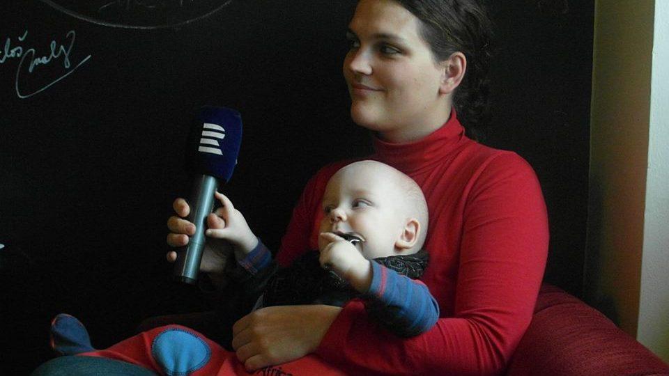 Spisovatelka Hana Hindráková se svým synem v Radiokavárně Českého rozhlasu Hradec Králové