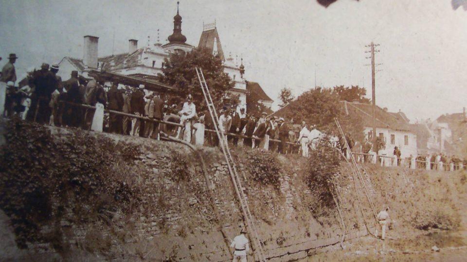 Jeden z historických zásahů SDH Hrochův Týnec.jpg