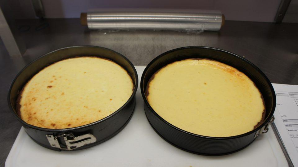 Upečený cheesecake necháme zchladnout na pokojovou teplotu a poté vychladíme dvě až tři hodiny v lednici