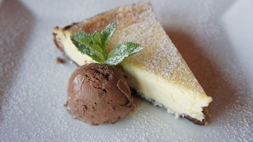 Zázvorový cheesecake můžeme podávat i se zmrzlinou