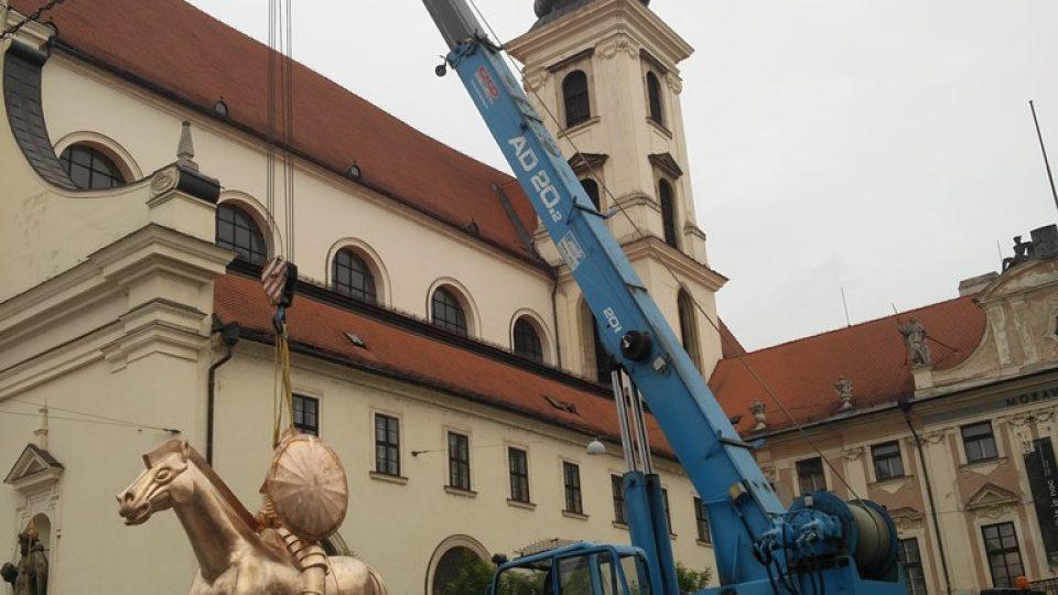 Vztyčení sochy Jošta Lucemburského na Moravském náměstí v Brně