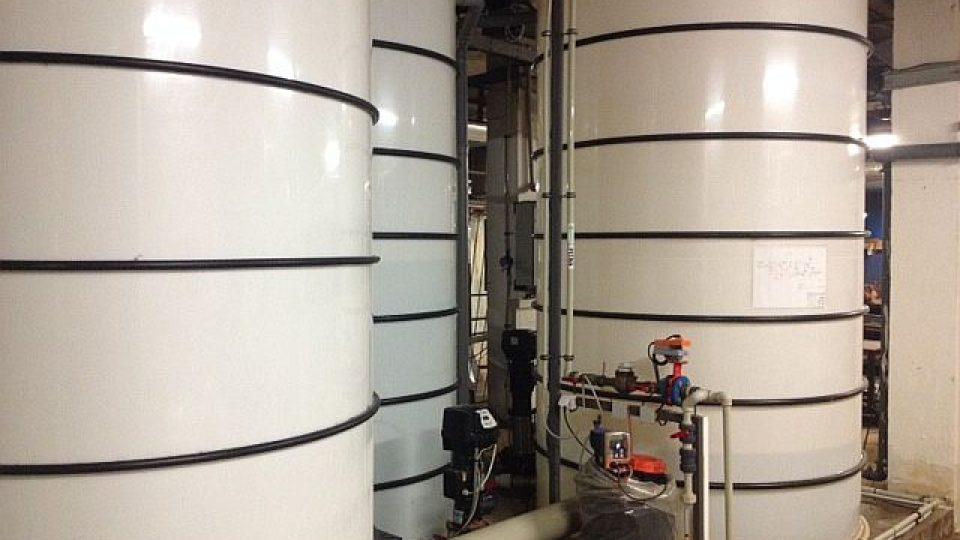Koupaliště i zimní stadion v Náchodě zásobuje vodou hlubinný vrt. Podzemní vodu následně speciální technologie upravuje pro potřeby obou sportovišť