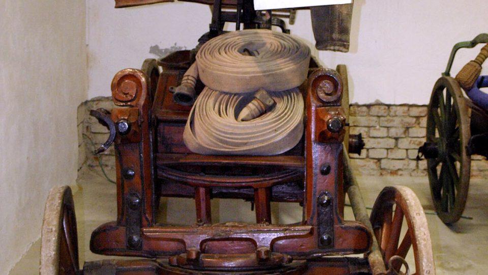 Nejstarší stříkačka v Hasičském muzeu z roku 1820