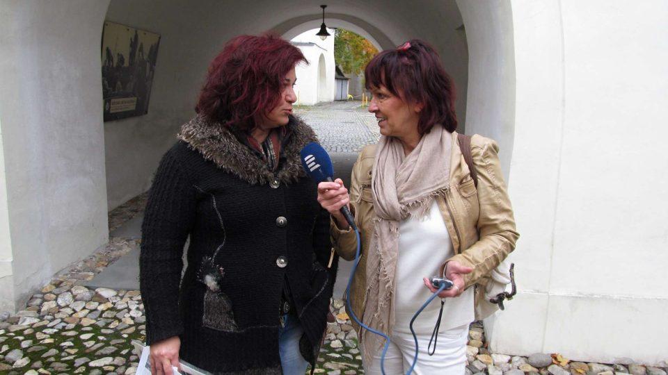 Marie Hranáčová a redaktorka Dagmar Misařová během natáčení magazínu Křížem krajem