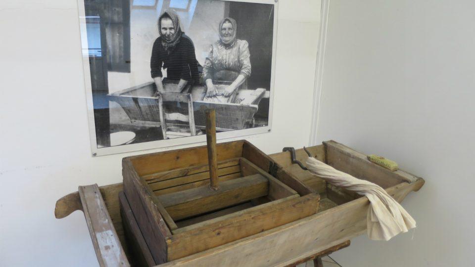 Takzvaný klikihák na ždímání prádla v expozici Městského muzea ve Svitavách