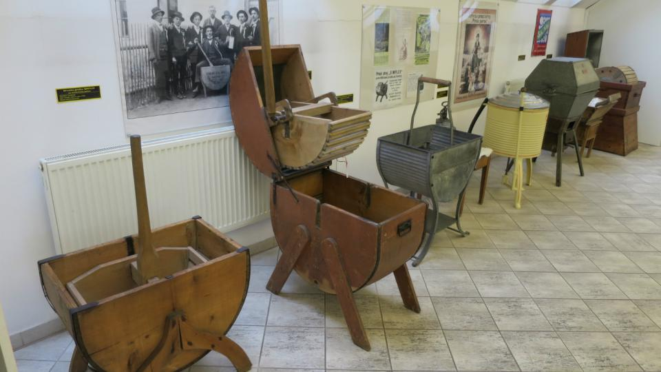 Nejstarší dřevěné pračky zvané kývačky v expozici Babiččino velké prádlo