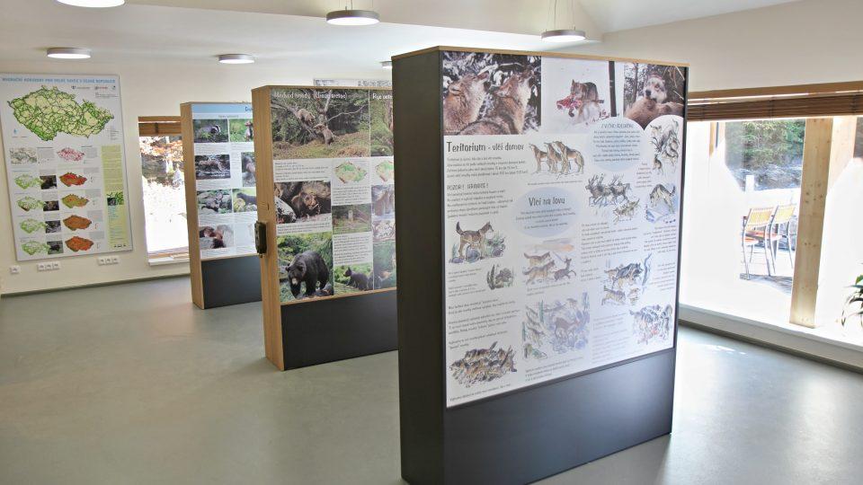 Za pozornost kromě výběhu a interaktivní expozice stojí i hlavní budova, která v sobě spojuje prvky moderní architektury a tradiční šumavské chalupy