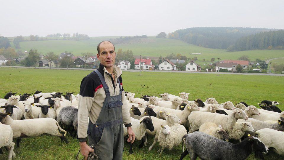 Chovatel Jan Látal se svým stádem ovcí