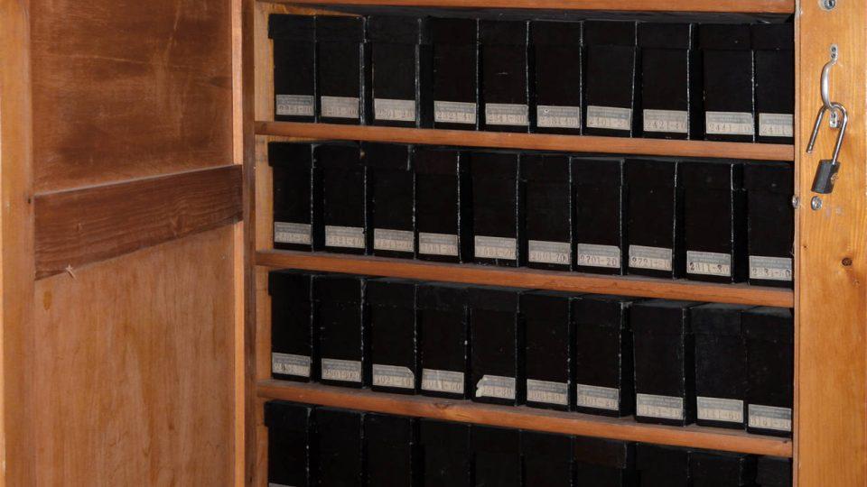 Pohled do jedné ze skříní odhaluje malou část fotografické sbírky každá z krabic obsahuje kolem dvaceti skleněných negativů