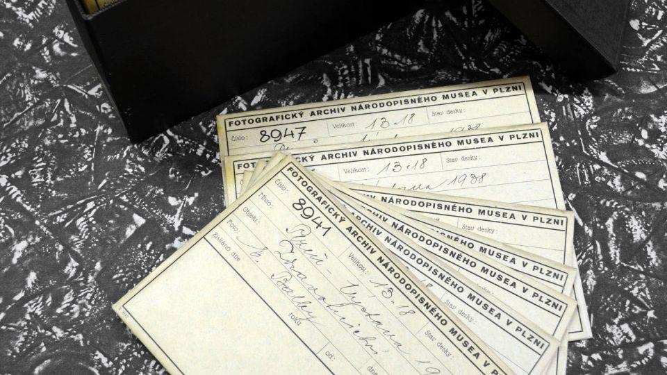 Zakladatel a dlouholetý ředitel Národopisného muzea Plzeňska Ladislav Lábek, původním povoláním majitel papírnictví, si dával záležet na kvalitním a dobře vypraveném obalovém materiálu