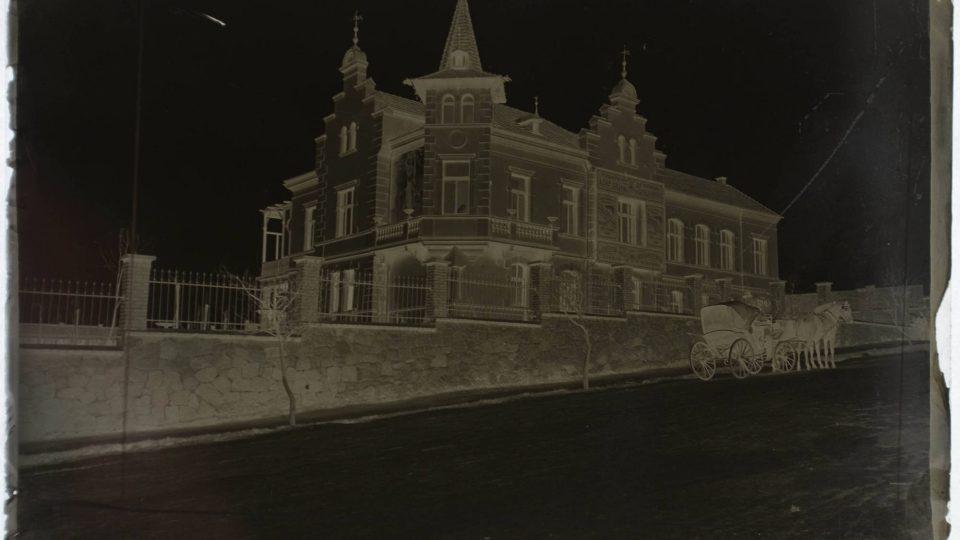 Vila Rehwald na Letné, před r. 1918, foto pravděpodobně Ladislav Lábek - negativ vyfocený proti světlu