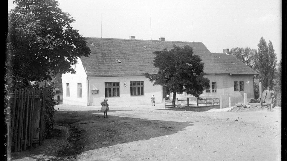 Lábek a jeho spolupracovníci se o začátku existence muzea zaměřovali nejen na dokumentaci života v Plzni, ale i v širokém okolí. Na snímku rodný dům Hanuše Zápala v Krašovicích. Foto L. Lábek, kolem r. 1919