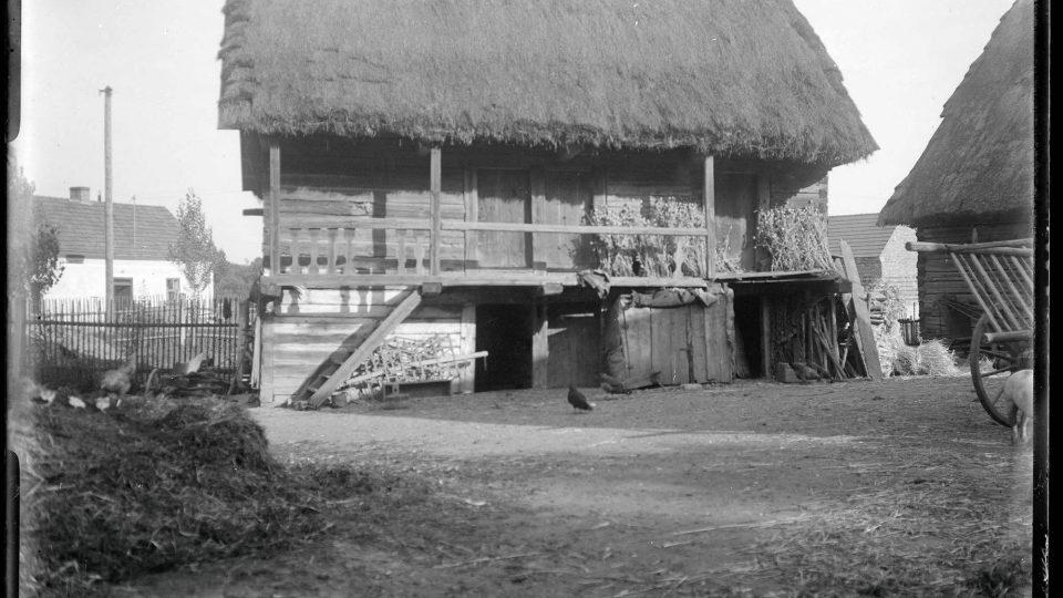 Krašovice, srub při statku č. p. 14. Foto L. Lábek, kolem r. 1919