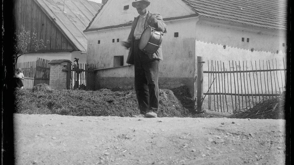 Obecní bubeník v Krašovicích. Foto L. Lábek, kolem r. 1919