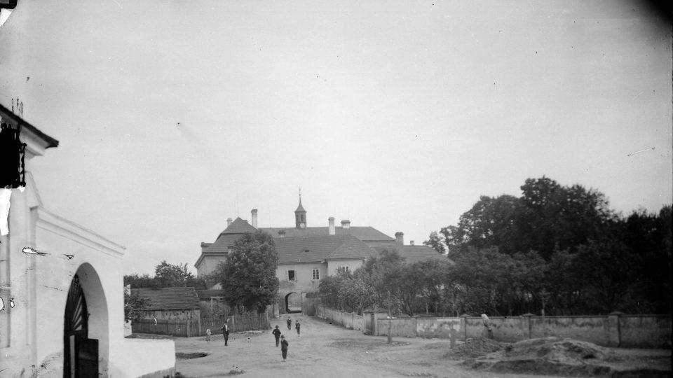 Sbírka negativů národopisného muzea byla doplňována i kolekcemi snímků od jiných fotografů. Zámek v Pteníně. Foto Štembera, kolem r. 1900