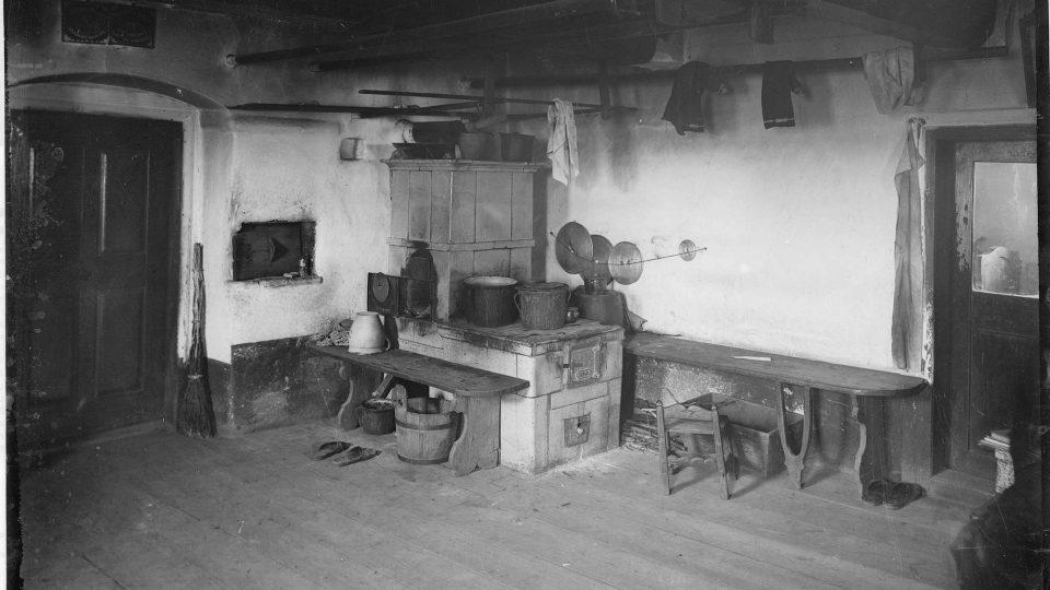 U těchto snímků venkovské světnice bohužel neznáme ani lokalitu, ani rok pořízení snímku, pouze autora, jímž byl Adolf Kopecký, vnuk purkmistra Martina Kopeckého a knihovník Umělecko-průmyslového muzea v Plzni