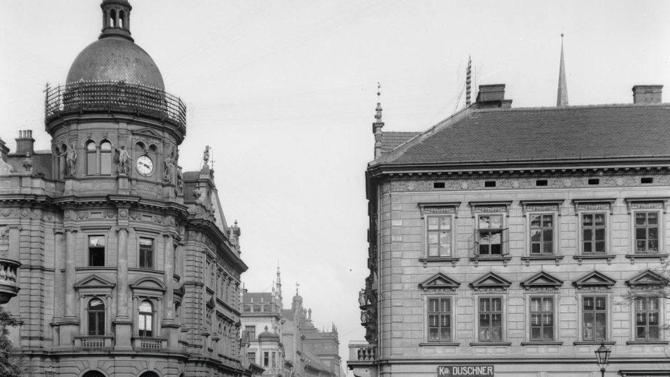 Většina skleněných negativů ve sbírce má poměrně velký formát (9×12, 12×16, 13×18 i 18×24 cm), a tak na nich lze někdy nalézt řadu detailů z každodenního života. Ze snímku zachycujícím budovu pošty a ústí Solní ulice do Štěpánových sadů