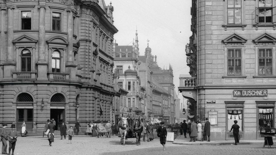 … tak lze získat detailní pohled na rušný pouliční provoz. Foto F. Švorm, kolem r. 1918