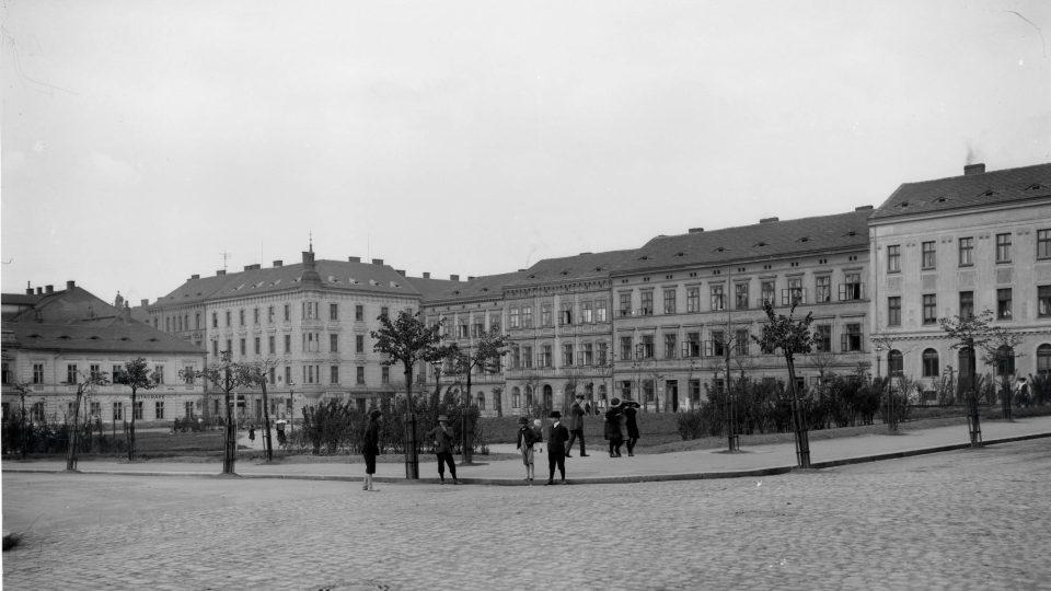 Celková kompozice pohledu na Husovo náměstí. Foto F. Švorm, kolem r. 1920